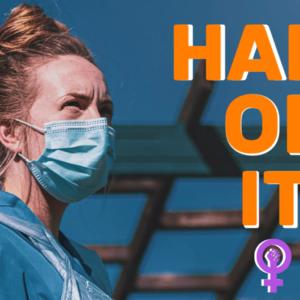 Una donna con una maschera medica. Accanto ad essa la scritta Half Of It.
