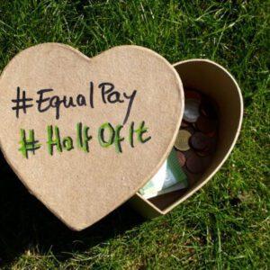 Immagine con soldi in una scatola a forma di cuore con EqualPay e HalfOfIt su di esso